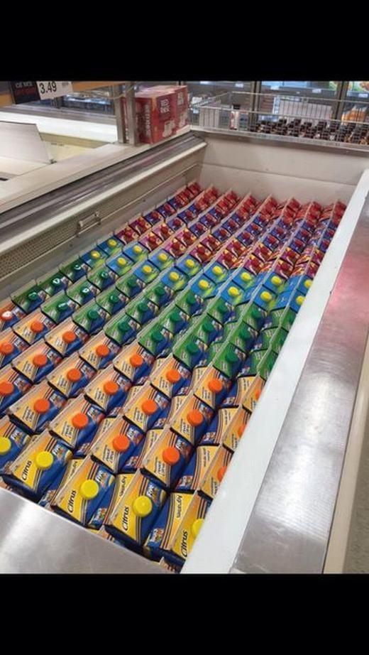 """Sẽ chẳng ai """"nỡ"""" mua khi thấy những hộp sữa đượcsắp xếp hoàn hảo như thế này... (Ảnh: Internet)"""