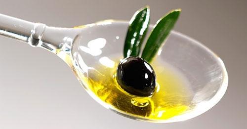 Những tinh chất có trong dầu oliu giúp môi bạn mềm và căng bóng.