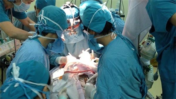 Các bác sĩ đang phẫu thuật cấp cứu cho bé Nhi. Ảnh: Internet