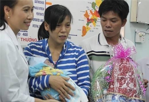 Niềm vui của cha mẹ bé Phát vào ngày con trai xuất viện. Ảnh: Internet