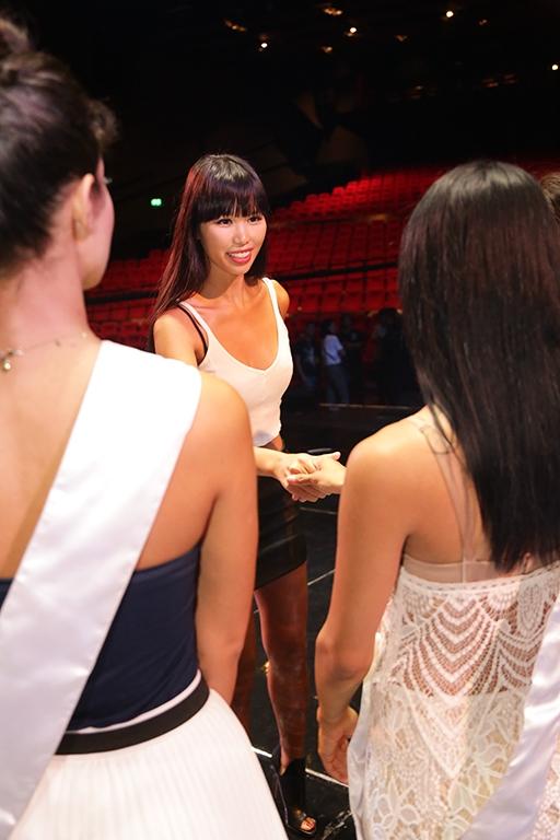 Hà Anh nhiệt tình chỉ dẫn cho người đẹp Miss Global 2015 - Tin sao Viet - Tin tuc sao Viet - Scandal sao Viet - Tin tuc cua Sao - Tin cua Sao