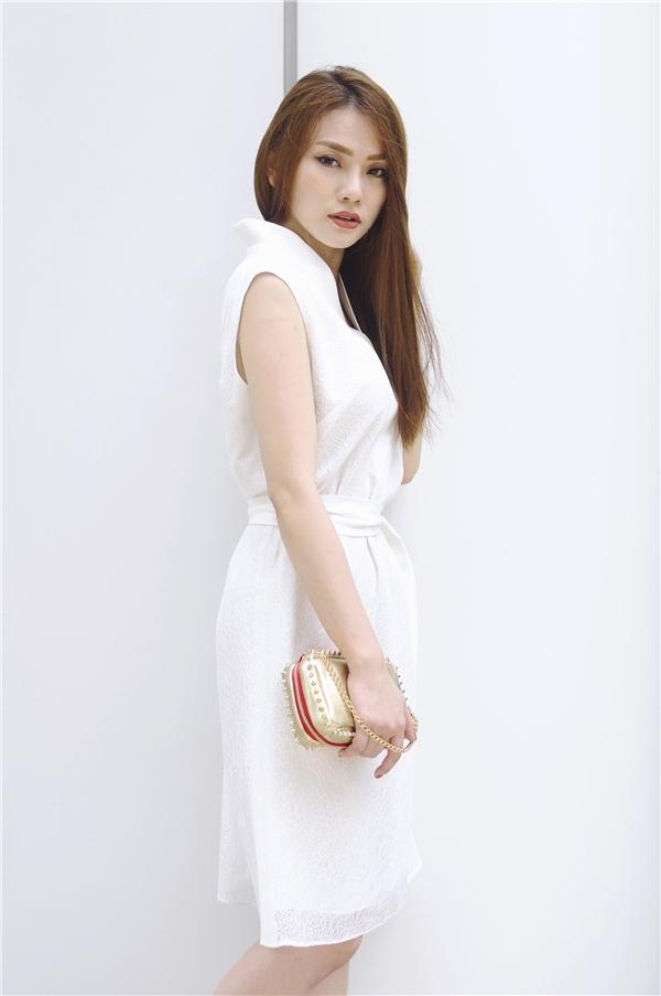 Thu Thủy điệu đà, nữ tính khi chọn diện chiếc váy trắng có phom hiện đại. Điểm nhấn được tạo nên bởi những đường gấp nếp tinh tế.