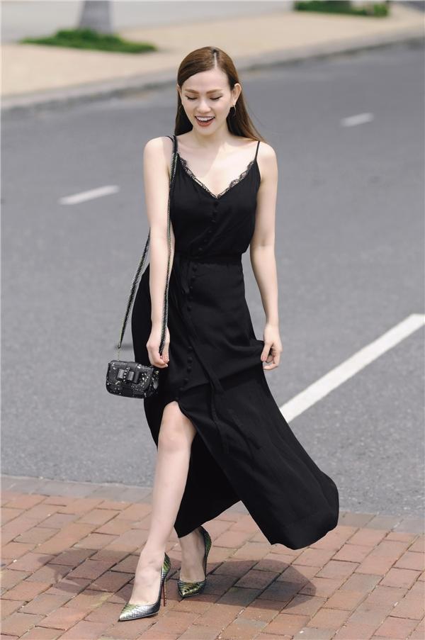 Trang phục dạo phố trắng, đen đầy mê hoặc của Thu Thủy