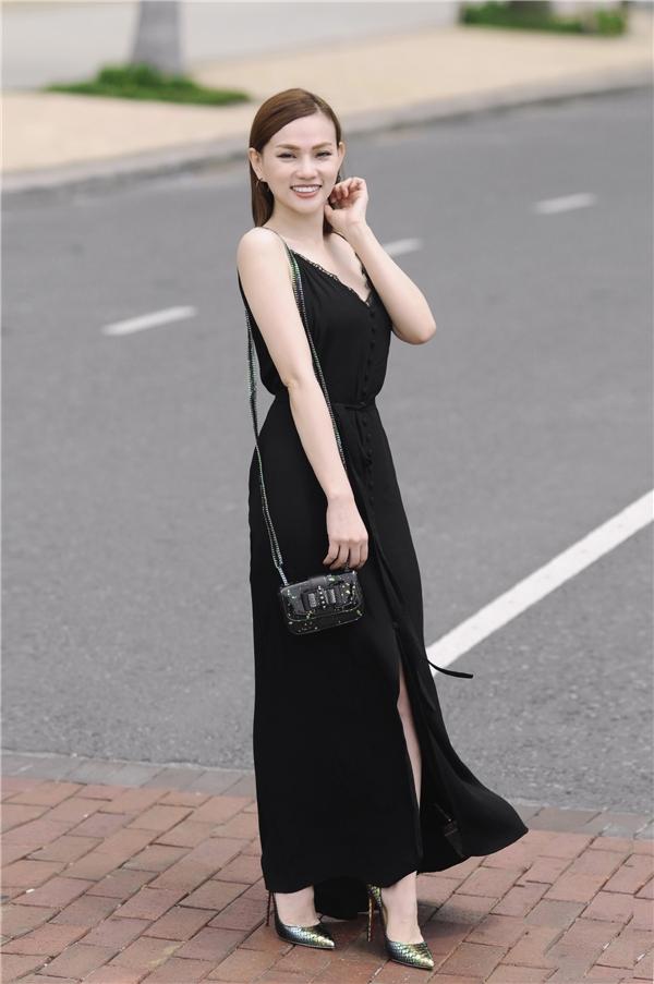 Trong khi đó chiếc váy hai dây tông đen xẻ tà lại mang đến hình ảnh phóng khoáng, gợi cảm hơn cho Thu Thủy.