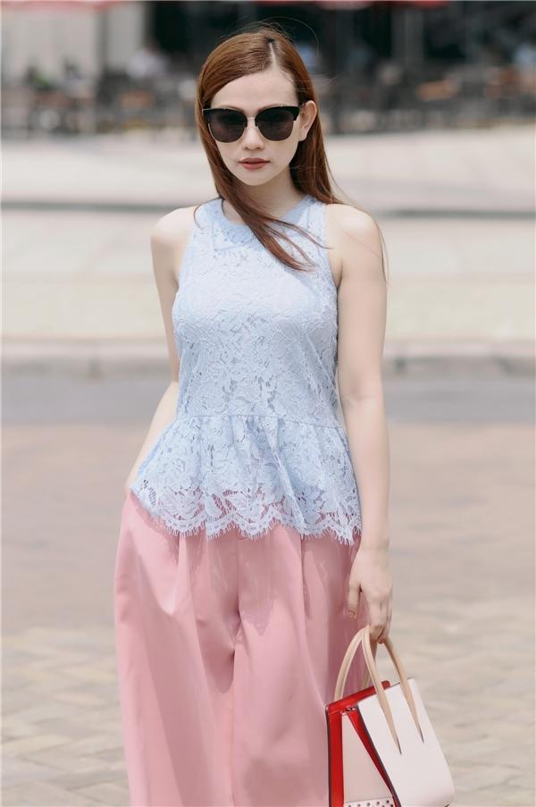 Thu Thủy trở nên trẻ trung, tươi mới hơn trong bộ trang phục kết hợp hai tông màu xanh hồng ngọt ngào.