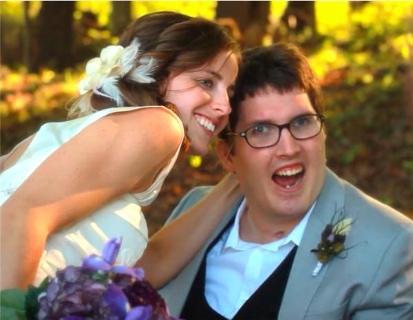 Vượt qua bao trở ngại, Larissa và Ian hạnh phúc ngày đám cưới bên gia đình và người thân.(Ảnh: Internet)