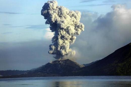 """Cột khói khổng lồ phun ra từ ngọn núi lửa Mount Tavurvur được Phil McNamara – một nhiếp ảnh gia người Úc – tình cờ chụp được vào tháng 8/2015 vừa qua. Lúc đó, ông đang chèo thuyền trên bờ biển Papua New Guinea. Đây là khoảnh khắc cực hiếm bởi không nhiều người có thể ghi lại được cảnh núi lửa """"thức giấc"""", trừ khi đặt máy quaytheo dõi từ trước. (Ảnh: Internet)"""