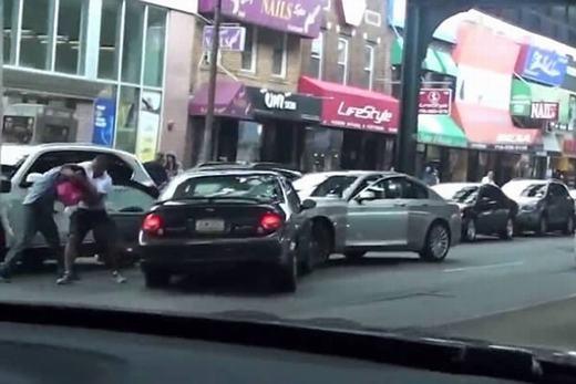 Một tên cướp có tên Ahmed Hassan, 22 tuổi đã bị bắt sau khi cố gắng ăn cắp 50 USD (khoảng hơn 1,1 triệu đồng) từ người đang dừng xe trên phố Brooklyn. Khi Ahmed cố cướp tiền, nạn nhân đã giành lại tài sản của mìnhbằng cách… cắn. Hậu quả là tên cướp bị vô số dấu răng ở ngực và cánh tay. Khoảnh khắc được chụp bởi 1 khách du lịch người Nga. (Ảnh: Internet)