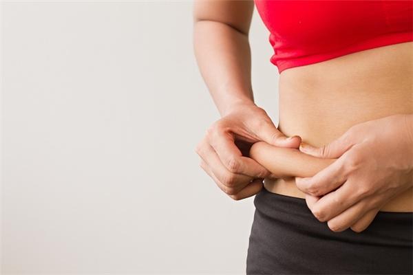 Phần véo được nhiều hơn 5cm là dấu hiệu cảnh báo bạn nên tập thể thao giảm mỡ thừa ngay đi thôi!(Nguồn: Internet)