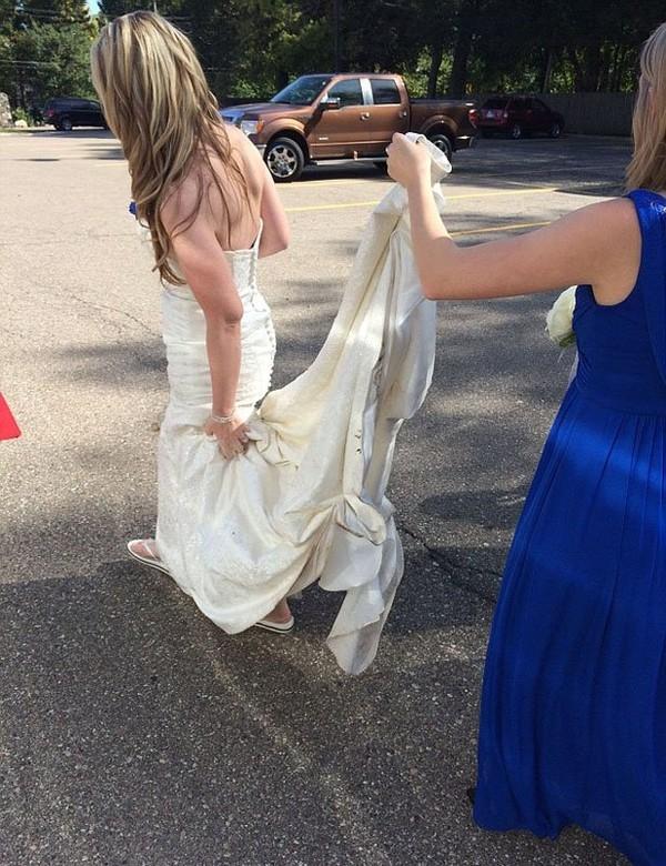 Những cô nàng phù dâu thường hỗ trợ các cô dâu rất nhiều.