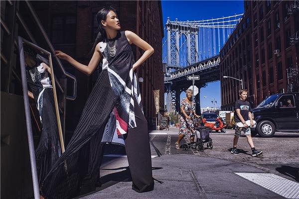 Thiết kế kết hợp hài hòa giữa tinh thần thời trang hiện đại cùng một chút dư âm của phong cách cổ điển kín đáo, thanh lịch.