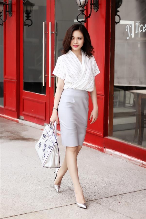 Giang Hồng Ngọc thanh lịch với bộ trang phục phối giữa áo phom rộng cùng chân váy bút chì cổ điển.