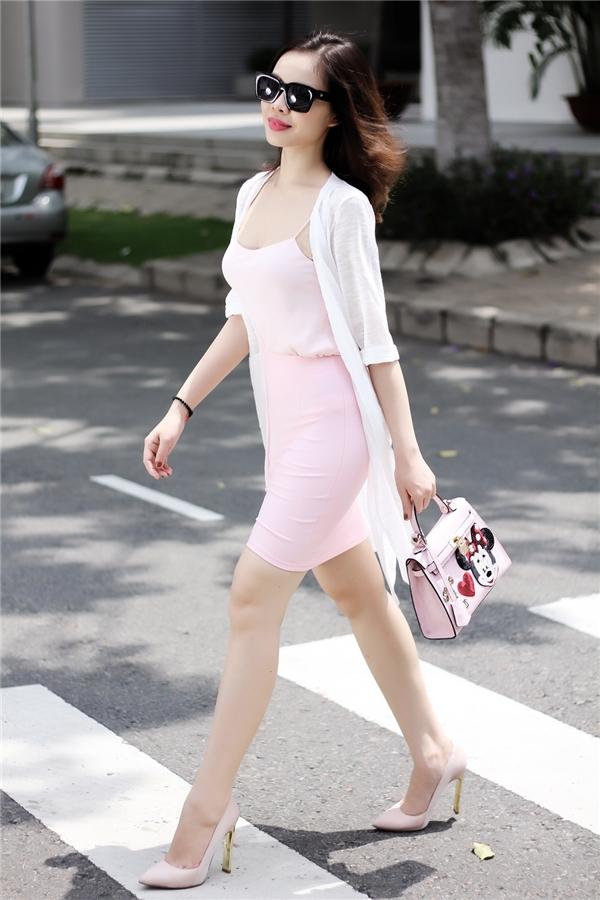 Hình ảnh những cô nàng ngọt ngào, gợi cảm được giang Hồng Ngọc khắc họa qua chiếc váy hai dây phom suông tông hồng, kết hợp áo khoác cardigan dáng dài bên ngoài.