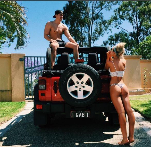 Phát sốt với chàng trai đọ bikini cùng bạn gái