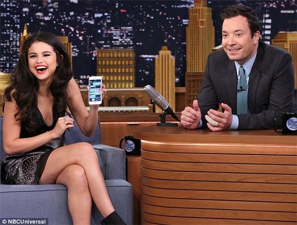 """Trong khi xuất hiện trên chương trình truyền hình The Tonight Show Starring Jimmy Fallon, nữ ca sĩ đã tiết lộ mình tin vào ma và cài đặt hẳn một ứng dụng """"quét ma"""" trên điện thoại. Không những thế, Selena còn quét thử trường quay lúc đó và hệ thống đã báo rằng có hai con ma tại đây."""
