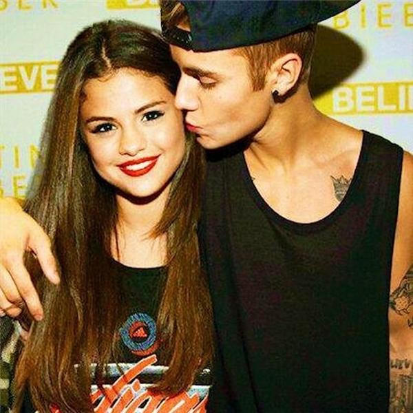 """Đầu tuần vừa qua, Selena Gomez và Justin Bieber đã khiến fan không khỏi bất ngờ khi quyết định công khai một bài hát về chuyện tình yêu của cả hai. Ca khúc song ca với sự góp giọng của Selena và Justin có tên gọi Strong, tuy đã bị gỡ bỏ chỉ vài giờ sau khi bị tung lên, thế nhưng ca khúc này này đã kịp làm một """"trận bão nhỏ"""" trên các trang xã hội."""