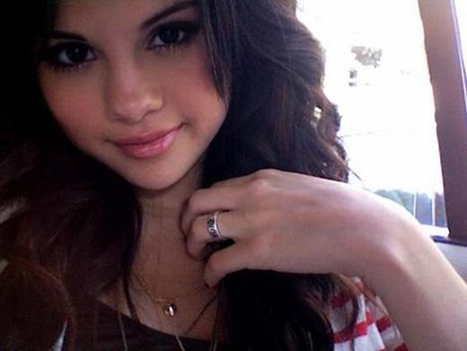 Justin Bieber cũng là lí do Selena Gomez tháo bỏ chiếc nhẫn trong trắng mà bố đã tặng mình.