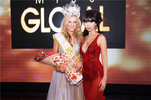 Hà Anh chụp ảnh lưu niệm cùng tân Hoa hậu Toàn cầu 2015. - Tin sao Viet - Tin tuc sao Viet - Scandal sao Viet - Tin tuc cua Sao - Tin cua Sao