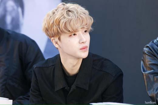 """Cũng là màu tóc vàng nhưng chiều cao có chút """"khiêm tốn"""" của iKON lại chính là người anh lớn Kim Jin Hwan"""