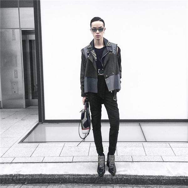 Kelbin Lei vẫn trung thành với sắc đen cùng phong cách thời trang unisex đã làm nên thương hiệu. Tuy nhiên, về tổng thể bộ trang phục này lại thể hiện rõ sự nam tính, mạnh mẽ vốn có của các chàng trai nhờ những đường cắt mạnh mẽ, dứt khoát.