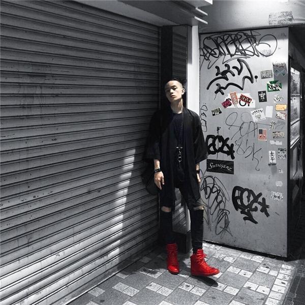 Vẫn là sắc đen nhưng sự kết hợp giữa áo phông, quần jeans rách cùng áo khoác dáng kimono lại mang đến vẻ ngoài năng động, tươi trẻ hơn cho các chàng trai. Kelbin khéo léo tạo nên điểm nhấn với giày thể thao tông đỏ nổi bật.