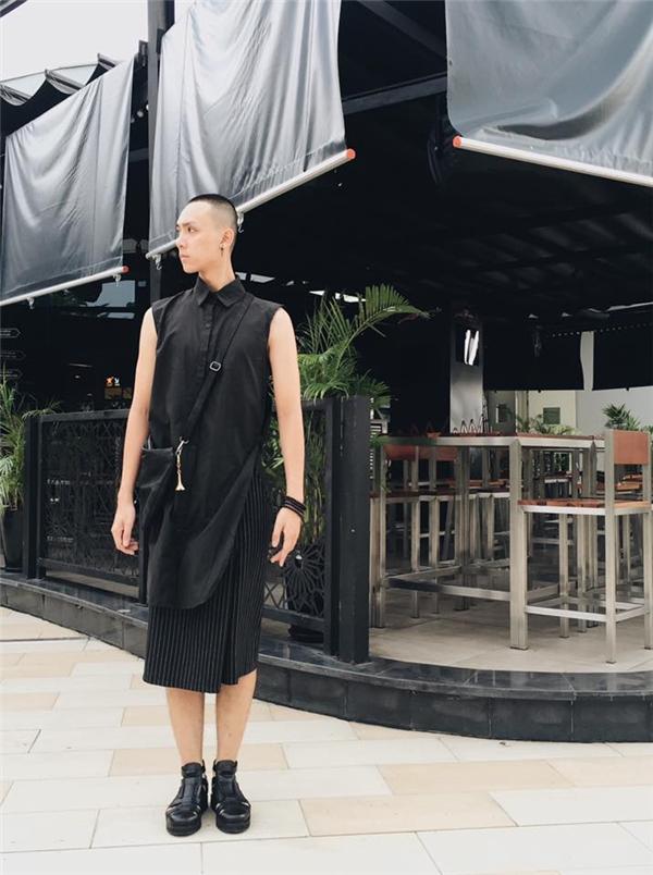 """Chàng người mẫu Hoàng Anh Tú mang đến vẻ ngoài khá lạ với áo sơ mi dáng dài kết hợp cùng quần váy cách điệu độc đáo. Thời trang hiện đại đã trở nên """"thoáng"""" hơn để các chàng trai có thể thoải mái chưng diện và thể hiện cá tính một cách mạnh mẽ nhất."""