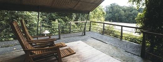 Nhà nghỉ bố trí những chiếc ghế dựa thoải mái trông ra bờ hồ, giúp khách tham quan có những giây phút thư giãn nhẹ nhàng giữa bốn bề không gian xanh ngắt.(Nguồn: Internet)