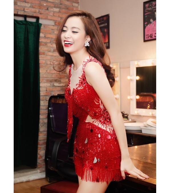 Mới đây, trong một buổi biểu diễn, Hoàng Thùy Linh khiến khán giả vô cùng phấn khíchvới giai điệu trẻ trung cùng những động tác vũ đạo bắt mắt. Cô diện bộ jumpsuit đỏ tua rua được điểm xuyết những chi tiết ánh kim vô cùng nổi bật.