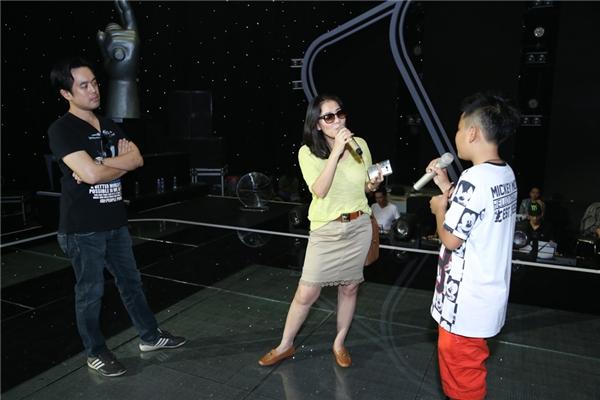 Bên cạnh việc hát, Thu Minh còn hướng dẫn Tiến Quang cách thể hiện biểu cảm trên gương mặt khi hát để truyền tải đến khán giả những thông điệp mang tính nhân văn thông qua ca khúc. - Tin sao Viet - Tin tuc sao Viet - Scandal sao Viet - Tin tuc cua Sao - Tin cua Sao
