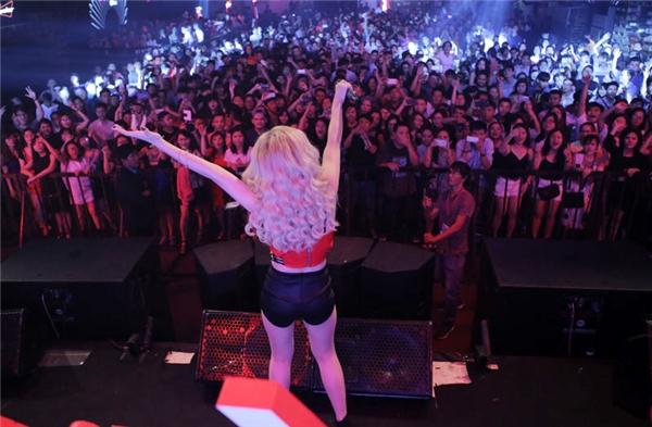 Hàng trăm fan đã có mặt để cổ vũ Đông Nhi. - Tin sao Viet - Tin tuc sao Viet - Scandal sao Viet - Tin tuc cua Sao - Tin cua Sao