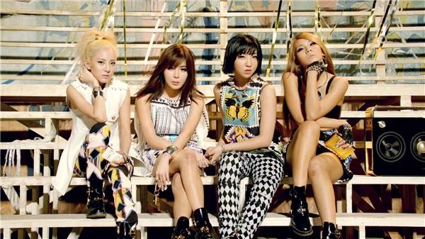 """2NE1 được xem là """"hậu duệ"""" tiềm năng của Big Bangvànhanh chóng thu hút sự chú ý với phong cách hiphop cá tính, đậm chất nhà YGkhá """"hiếm"""" trong thị trường nhóm nhạc nữ lúc bấy giờ. Còn hiện tại, dù vẫntheo đuổi dòng nhạc thế mạnh nhưng 2NE1 trưởng thành lại vô cùng quyến rũ và cuốn hút."""