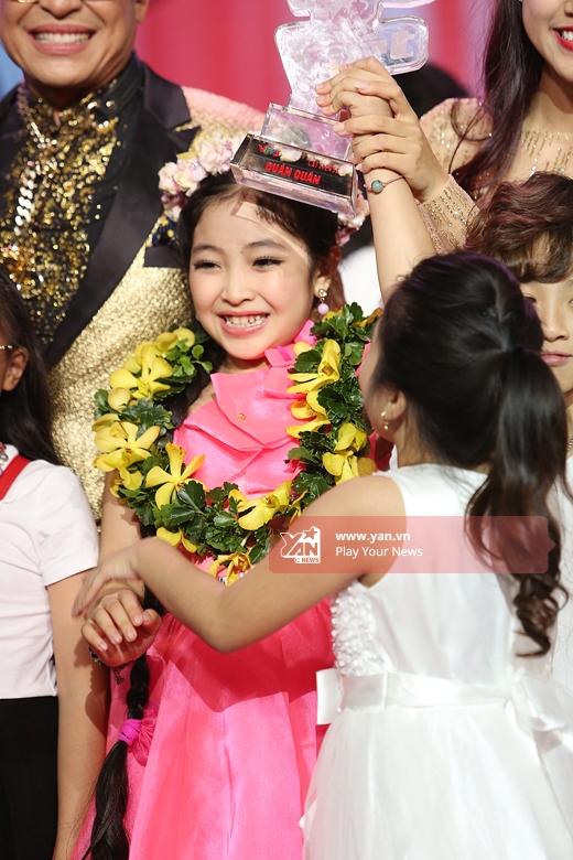 Hồng Minh hạnh phúc trong vòng tay người thân, bạn bè - Tin sao Viet - Tin tuc sao Viet - Scandal sao Viet - Tin tuc cua Sao - Tin cua Sao
