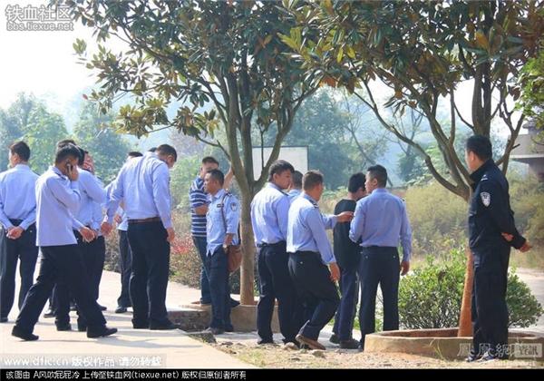 Lực lượng công an điều tra quanh sân trường.