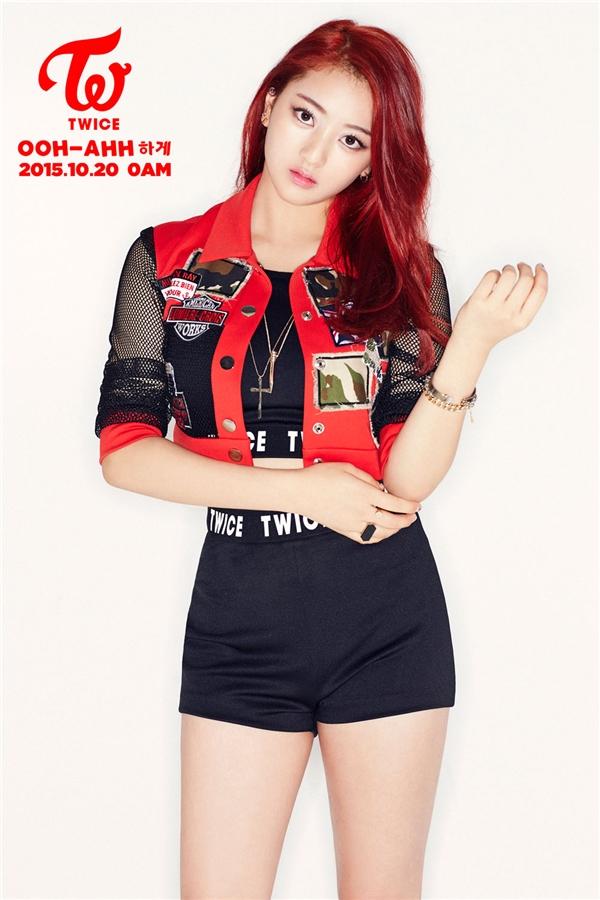 Sở hữu gương mặt bầu bĩnh, cùng nụ cười tươi rói, Dahyun trước khi tham gia Sixteen đã nổi tiếng với điệu nhảy đại bàng. Với tính cách năng động, cô nàng được dự đoán là một trong những nhân tố tiềm năng hứa hẹn tỏa sáng chương trình thực tế xứ Hàn trong tương lai.