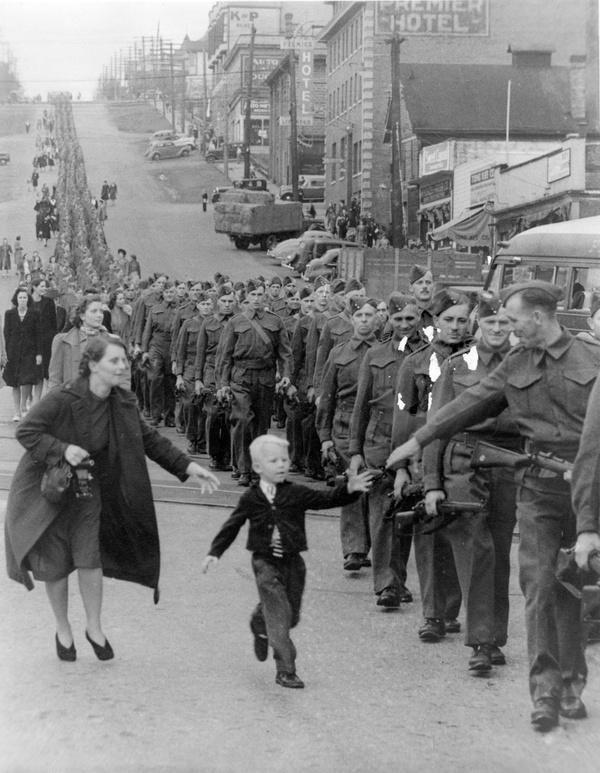 Khoảnh khắc chia liđầy lưu luyến giữa con trai và ôngbố trên bước đường tiến ra mặt trận.(Ảnh: Internet)