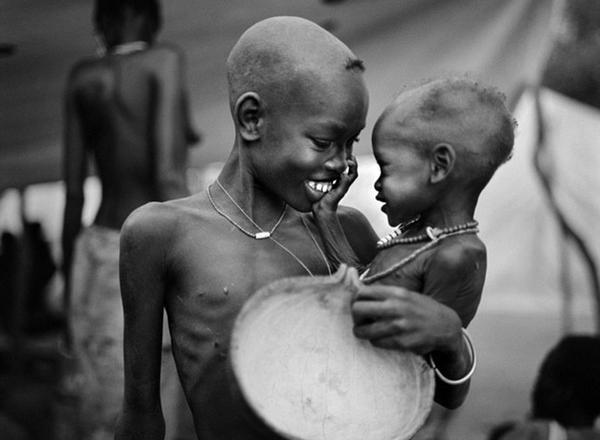 Nụ cười hạnh phúccủa hai anh em da đen còi cọc làm bừng sáng cả khung ảnh. (Ảnh: Internet)