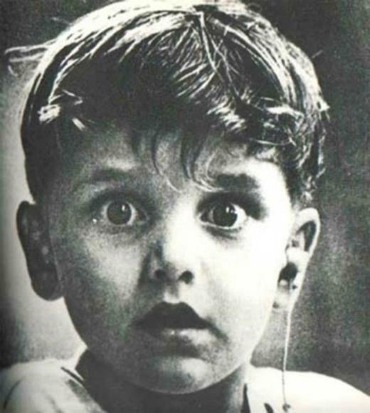 Biểu cảm không thể chân thực hơn của một cậu bé khiếm thính lần đầu được nghe âm thanh của thế giới bên ngoài.(Ảnh: Internet)