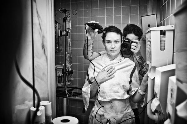 Nhiếp ảnh gia Angelo Merendino ghi lại khoảnh khắc cạo đầu cho người vợ yêu quý, khi cô bị chẩn đoán ung thư vú chỉ 5 tháng sau ngày họ kết duyên vợ chồng. Giờ Angelo đã qua đời, vàMerendino quyết định dùng di sản cô để lại ủng hộ cho những bệnh nhân ung thư khác, cổ vũhọ chiến đấu với bệnh tật như chính cô đã từng.(Ảnh: Angelo Merendino)