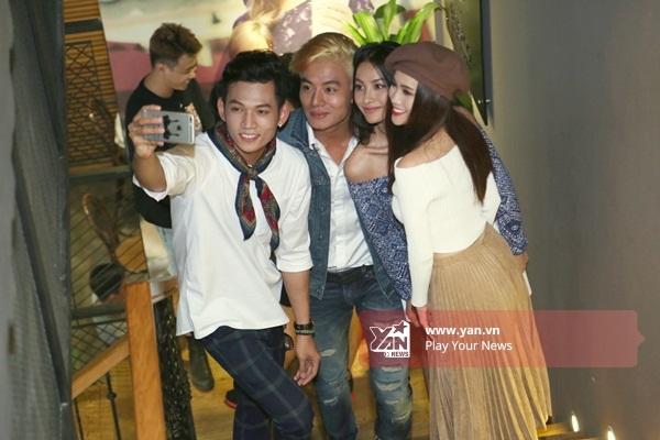 Cả nhóm cùng nhau chụp ảnh tự sướng - Tin sao Viet - Tin tuc sao Viet - Scandal sao Viet - Tin tuc cua Sao - Tin cua Sao