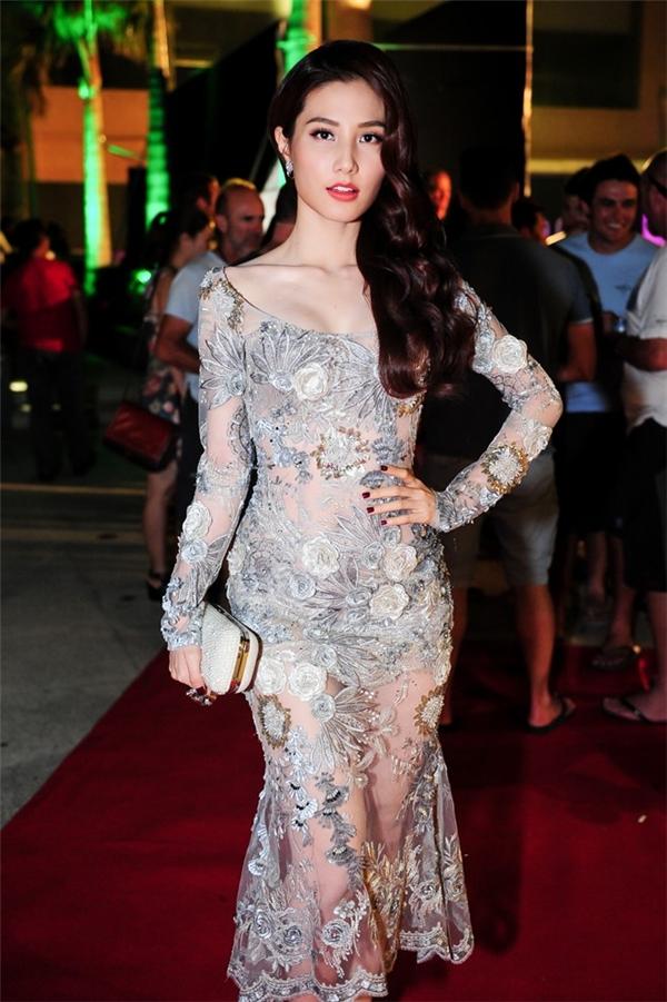 Tham dự một buổi tiệc tại thành phố biển Nha Trang, Diễm My 9X gần như lấn át dàn mĩ nhân trên thảm đỏ khi diện bộ váy xuyên thấu gợi cảm. Kiểu trang điểm, làm tóc nhẹ nhàng, sang trọng góp phần tạo nên một tổng thể hoàn hảo cho nữ diễn viên xinh đẹp.