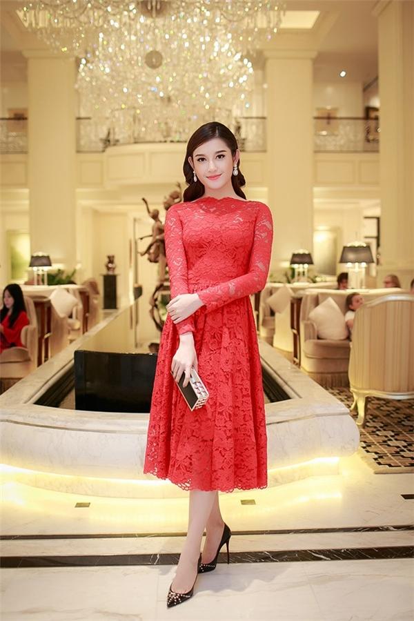 Sau nhiều trang phục gợi cảm, á hậu Huyền My bất ngờ kín đáo trong bộ váy xòe tông đỏ của nhà thiết kế Đỗ Mạnh Cường. Người đẹp gốc Hà thành luôn minh chứng dù với bất kì phong cách nào cô luôn biết cách làm cho bản thân tỏa sáng.