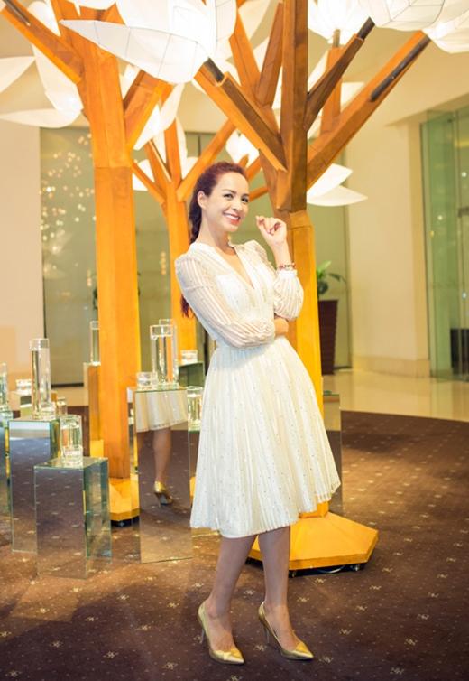 Thúy Hạnh như trở về tuổi đôi mươi trong bộ váy xòe điệu đà xẻ ngực sâu. Vừa qua, cựu siêu mẫu đã khiến giới mộ điệu thời trang vô cùng thích thú khi tái xuất trên sàn diễn với vai trò người mở màn cho nhà thiết kế Julien Fournie tại Tuần lễ Thời trang Quốc tế Việt Nam 2015.