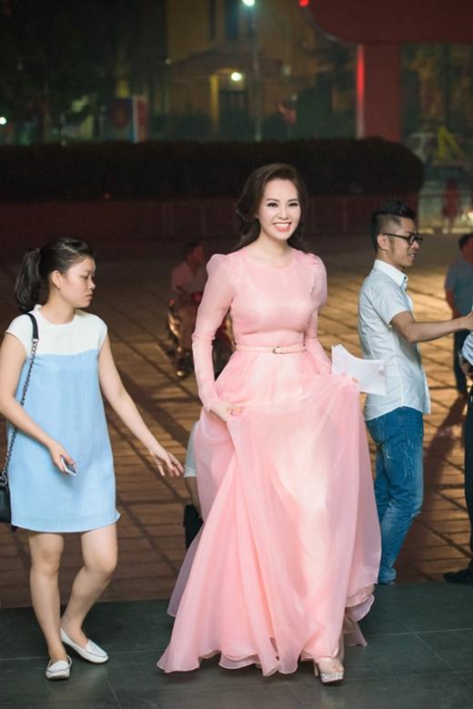 Á hậu - MC Thụy Vân như nàng công chúa bước ra từ truyện cổ tích trong bộ váy bồng xòe nhẹ nhàng tông hồng pastel ngọt ngào.