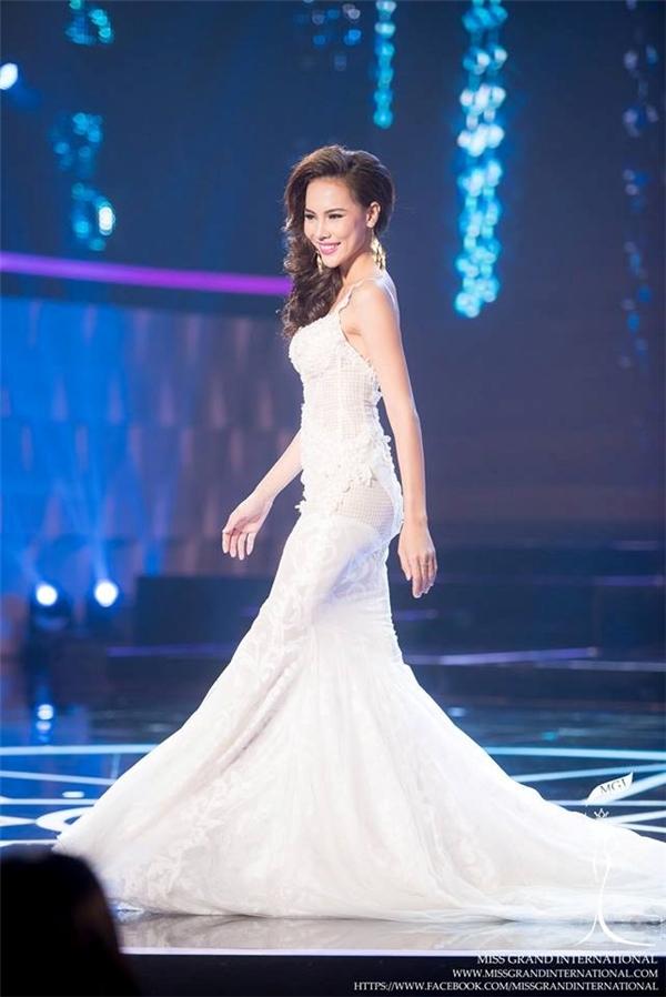 Những bộ váy đẹp mê hồn của sao Việt tuần qua