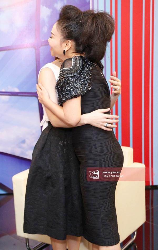 Một lúc sau, Thu Minh cũng có mặt tại phòng truyền thông. Hai chị em ôm nhau mừng rỡdo đã lâu rồi không có cơ hội gặp nhau. - Tin sao Viet - Tin tuc sao Viet - Scandal sao Viet - Tin tuc cua Sao - Tin cua Sao