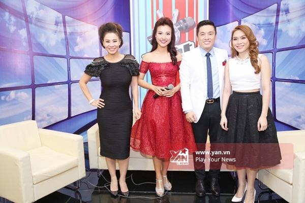 Cả 3 khách mời cùng chụp ảnh kỉ niệm với MC Hoàng Oanh - Tin sao Viet - Tin tuc sao Viet - Scandal sao Viet - Tin tuc cua Sao - Tin cua Sao