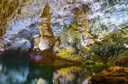 Hang động này sở hữu rất nhiều cái nhất mà danh sách kỉ lục thế giới đã ghi nhận, trong đó đặc biệt phải kể đến là: Nơi có dòng sông ngầm dài nhất, cửa hang cao - rộng nhất, thạch nhũ tráng lệ - kìảo nhất, bãi cát và đá rộngđẹp nhất…(Nguồn: Internet)