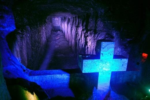 Salt là một nhà thờ Công giáo La Mã được xây dựng trong đường hầm dẫn đến mỏ muối nằm sâu 200m dưới lòng đất.(Nguồn: Internet)