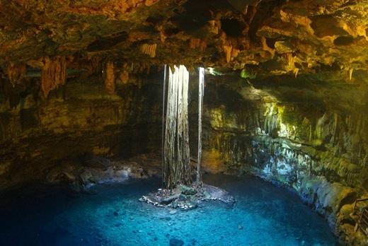 """Bán đảo Yucatán, Mexico, là nơi tập trung hàng nghìn hang động, còn gọi là """"hố địa ngục"""", được hình thành do sự sụp đổ của tầng đá vôi nằm bên trên tầng nước ngầm.(Nguồn: Internet)"""