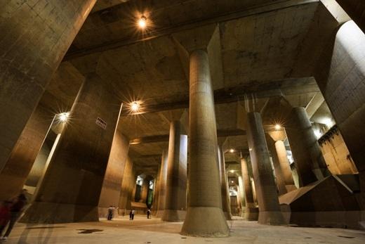 """Nằm sâu dưới thành phố Saitama, ngoại ô Tokyo là một hệ thống cống thoát nước khổng lồ có tên gọi đầy đủ là """"Kênh xả ngầm ngoài khu vực đô thị"""" (Metropolitan Area Outer Underground Discharge Channel).(Nguồn: Internet)"""